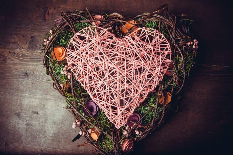 Avvolga in una forma di cuore fatta da erba immagini stock