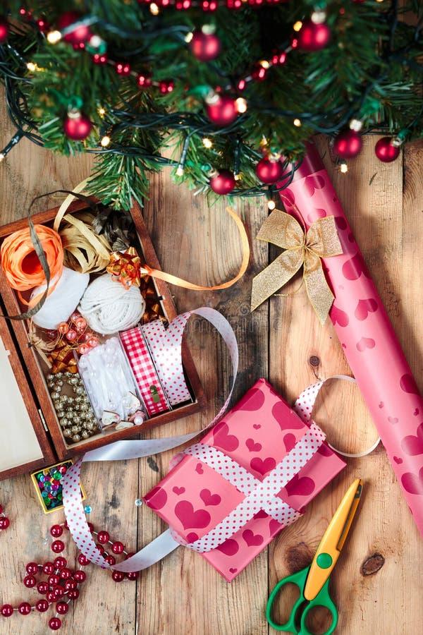 Avvolgendo e decorando i regali di Natale fotografie stock