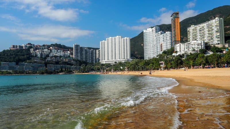 AVVVISANDEFJÄRDEN, HONGKONG - DECEMBER 10: Den soliga dagen på avvvisandefjärden, den berömda offentliga stranden i Hong Kong på  royaltyfria foton