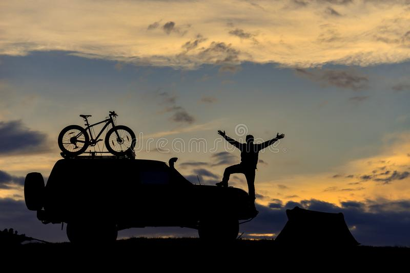 awanturniczy mężczyzna, campingowi przygotowania i zmierzchu czas, zdjęcie royalty free