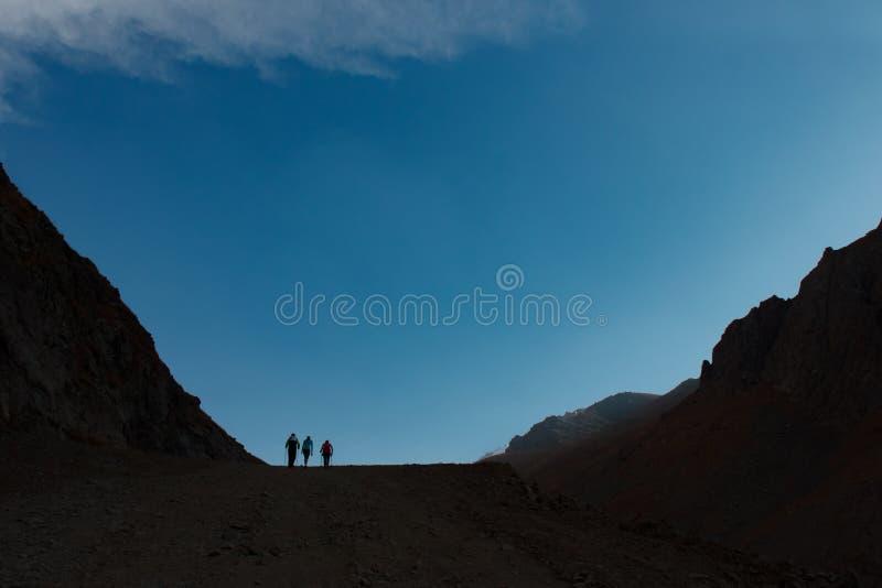 Awanturniczy mężczyzna stoi na górze góry i cieszy się pięknego widok podczas wibrującego zmierzchu fotografia royalty free
