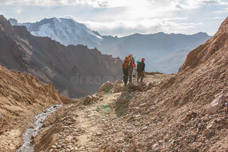Awanturniczy mężczyzna stoi na górze góry i cieszy się pięknego widok podczas wibrującego zmierzchu zdjęcia stock