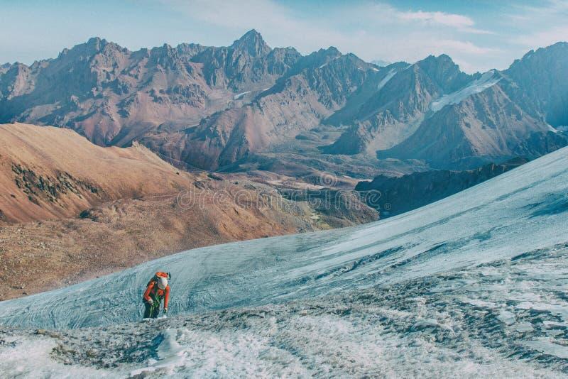 Awanturniczy mężczyzna stoi na górze góry i cieszy się pięknego widok podczas wibrującego zmierzchu zdjęcie stock