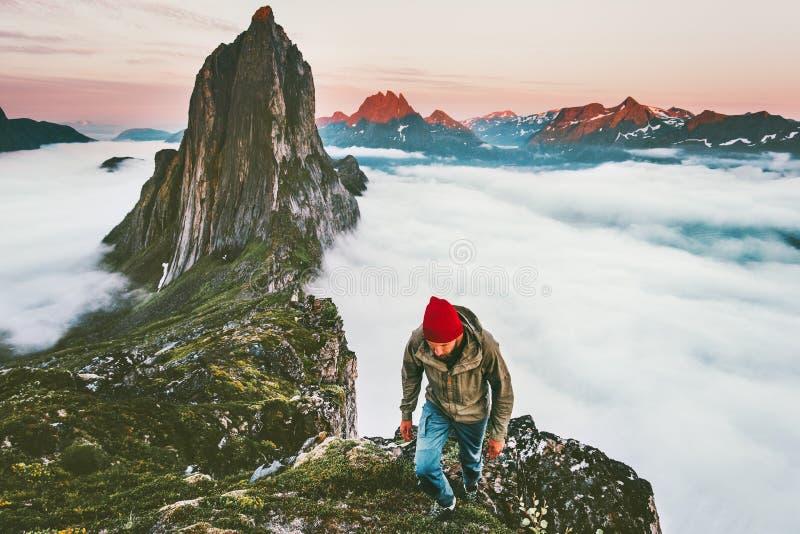 Awanturniczy mężczyzna wycieczkuje w góra plenerowym aktywnym stylu życia obrazy royalty free