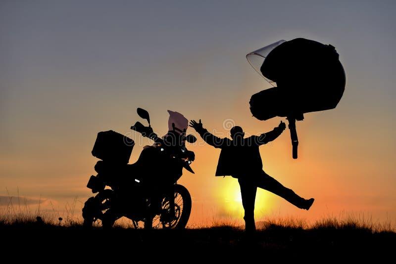 Awanturniczy motocyklisty miotania hełm zdjęcie stock