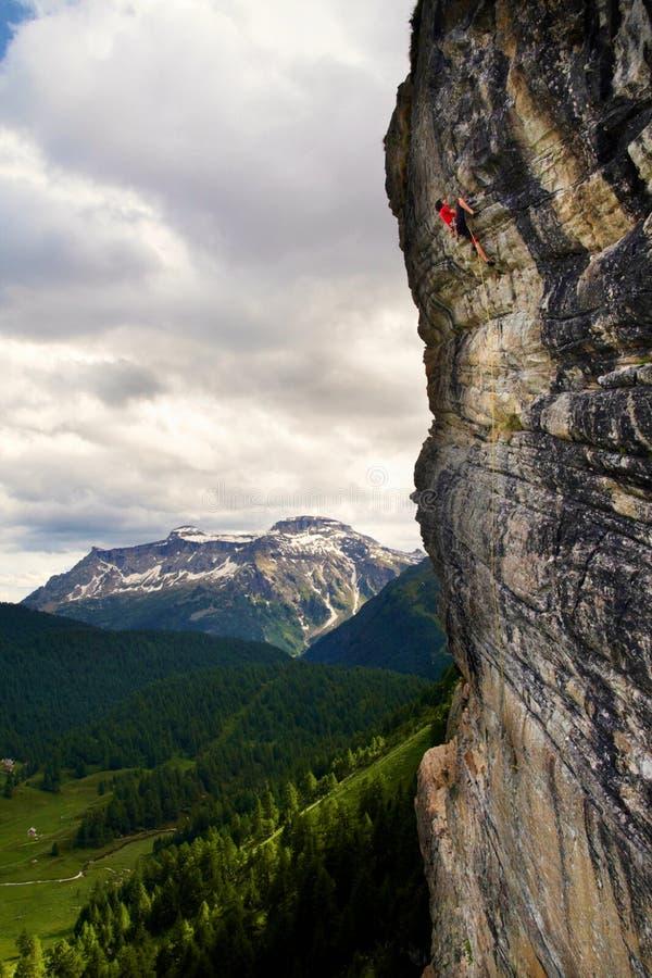 Awanturniczy rockowy arywista na vertical skały twarzy w Alps wysoko, Włochy zdjęcia stock