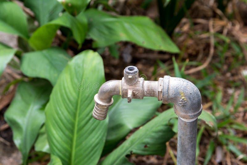 Awaryjny faucet, Awaryjny wodny klepnięcie w ogródzie zdjęcia royalty free