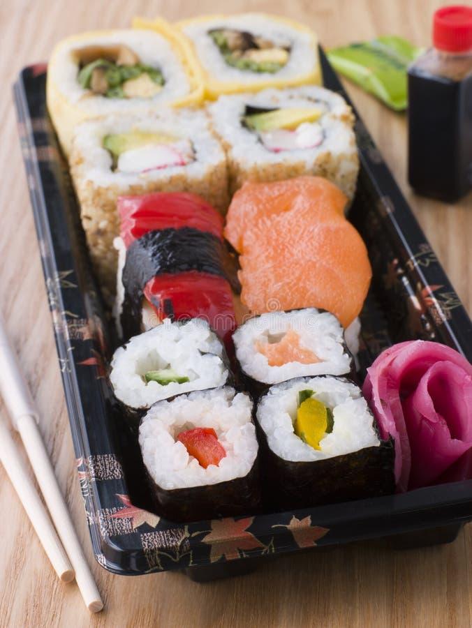 away sushi tar magasinet royaltyfri bild