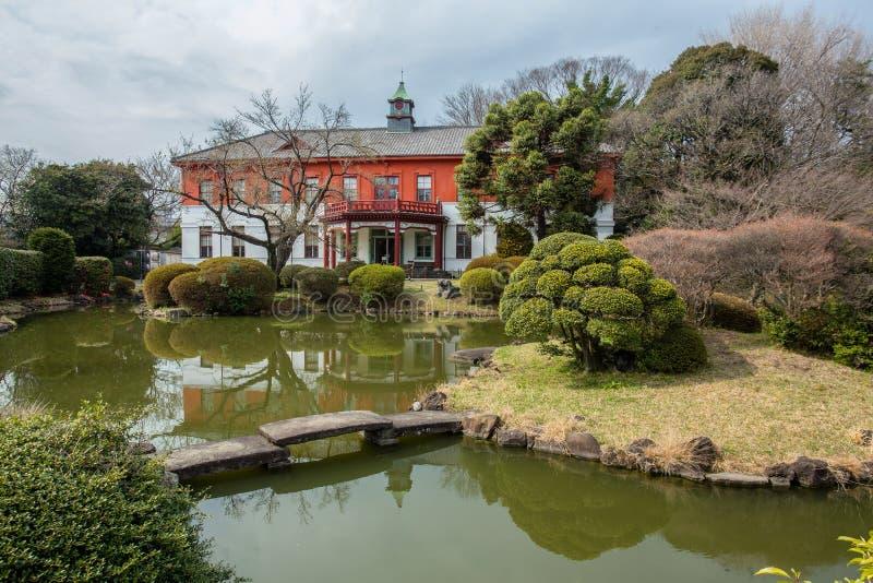 Awe Building vlakbij vijver in de botanische tuin van Koishikawa in Tokio royalty-vrije stock fotografie