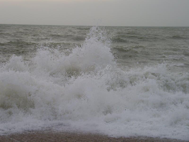Awesomely Zimne ocean fala Rozbija Na ląd obrazy stock