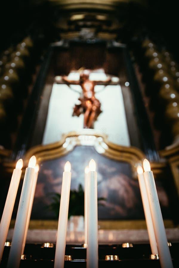 Awestruck kościół katolicki w Włochy z elektrycznymi świeczkami zdjęcia royalty free