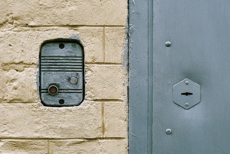 Awiofon wspinał się w ściana z cegieł stary Moskwa budynek mieszkalny blisko wejściowego drzwi obraz royalty free