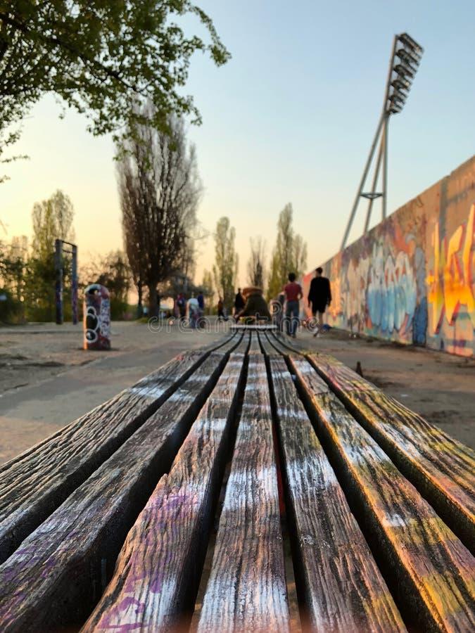 ?awka w parku przy graffiti ?cian? przy Mauerpark w Berlin, Niemcy fotografia stock