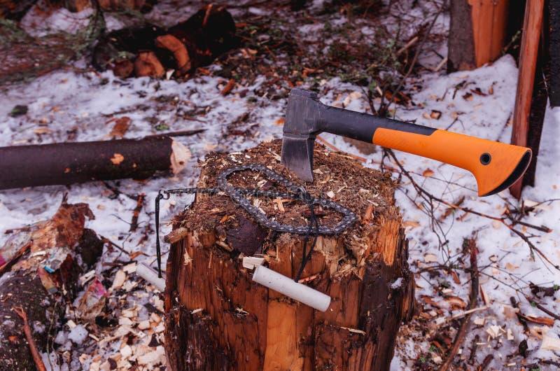 Ax i łańcuchu saw Drewniany fiszorek Odgórny widok obrazy stock