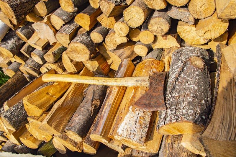 Ax kłama na brogującym siekającym drewnie - wylesienie zdjęcie royalty free