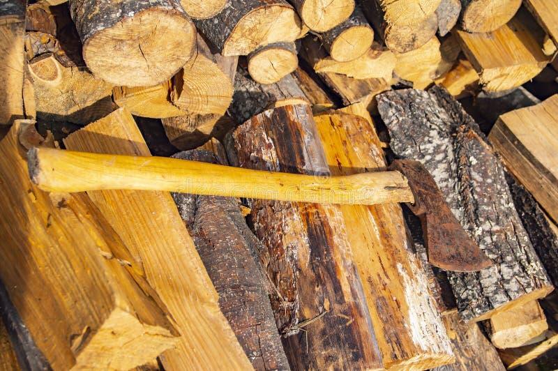 Ax kłama na brogującym siekającym drewnie - wylesienie zdjęcie stock