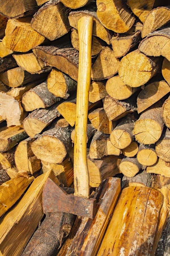 Ax kłama na brogującym siekającym drewnie - wylesienie obraz royalty free