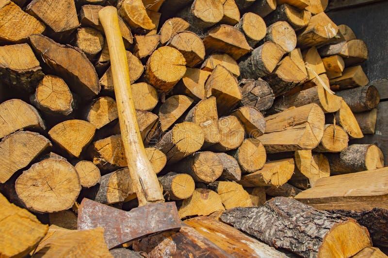 Ax kłama na brogującym siekającym drewnie - wylesienie zdjęcia royalty free