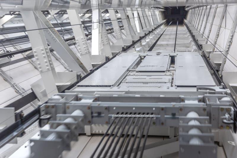 Axe d'ascenseur de gratte-ciel, vue inférieure photographie stock libre de droits
