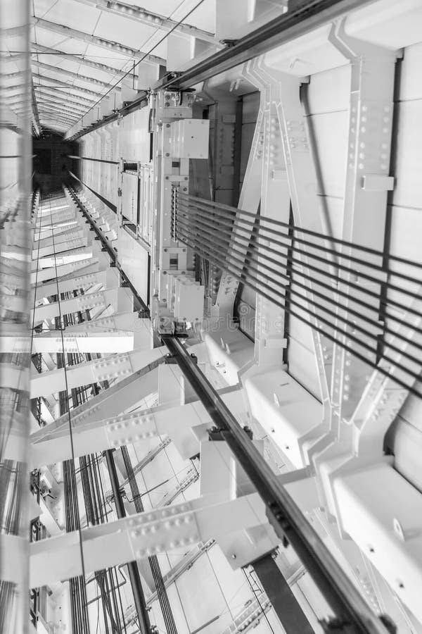 Axe d'ascenseur de gratte-ciel, vue inférieure, verticale photo stock