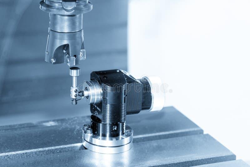 Axe de machine de commande numérique par ordinateur avec la mesure automatique de longueur d'outil images stock