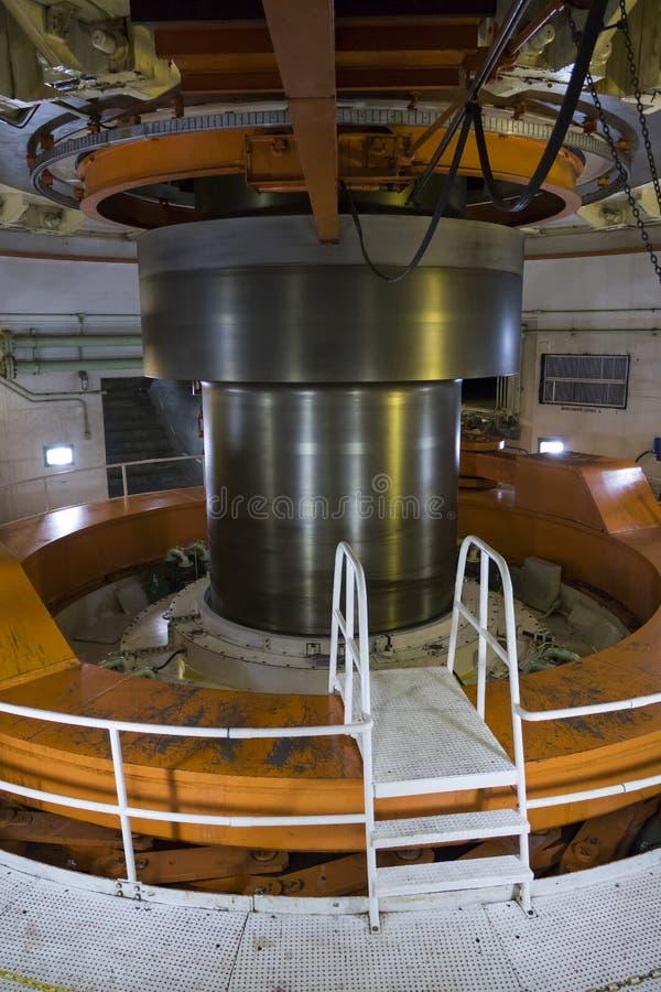 Axe de turbine l'usine hydro-électrique d'itaipu - verticale photographie stock