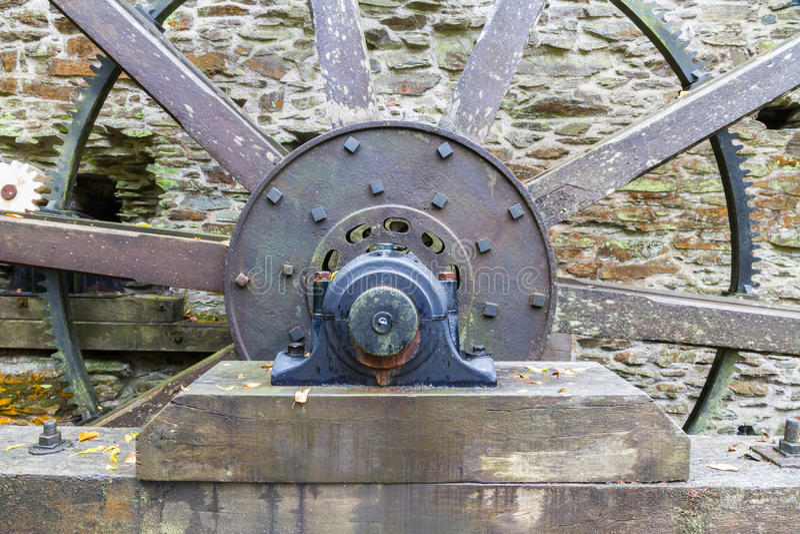 Download Axe et rais de roue d'eau image stock. Image du vieux - 77162289