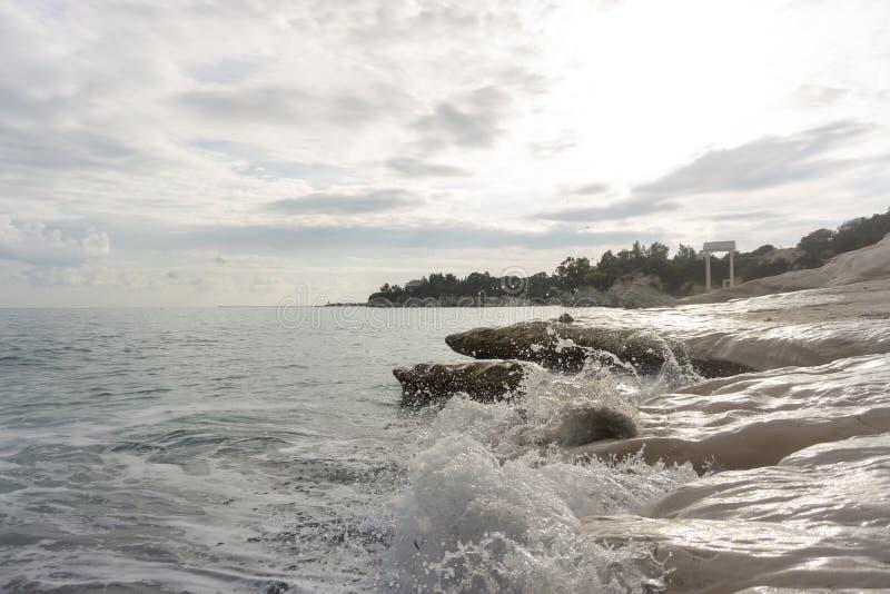 Axeln på vaggar nära stranden med härliga vågor Cypern Februari 2019 arkivbild