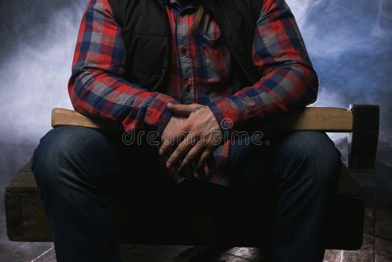 Axeman armado no fumo atmosférico Homem perigoso fotos de stock royalty free