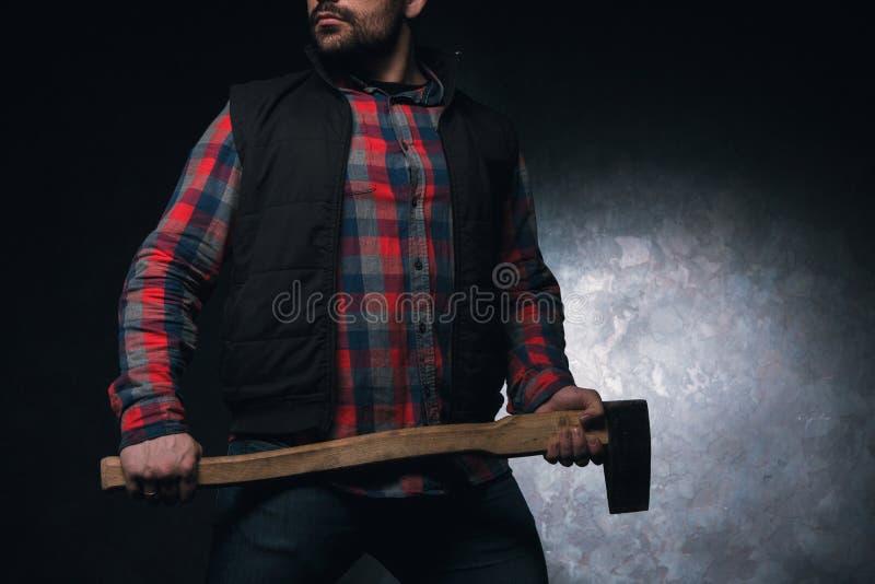 Axeman assustado Homem armado com machado imagens de stock