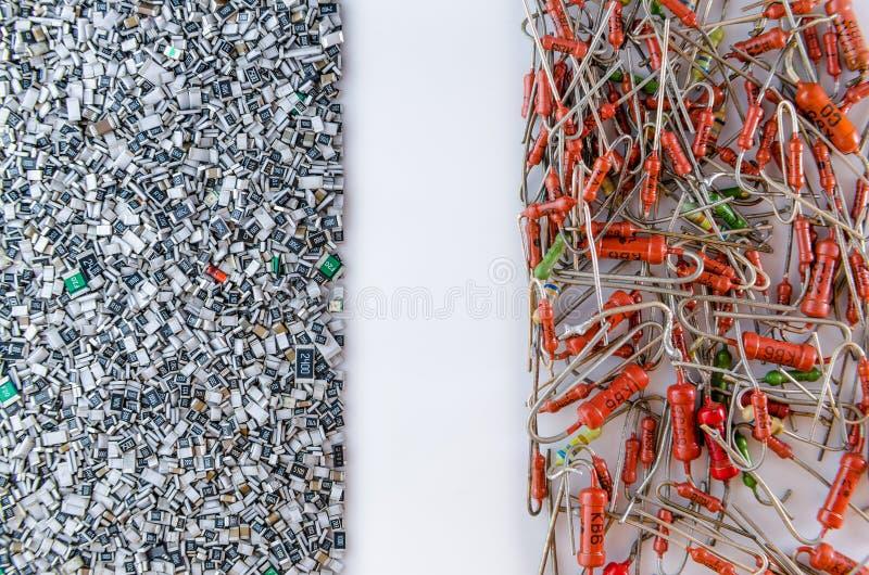 Axiale Widerstände gegen Oberflächenbergwiderstände in der Masse auf Weißrückseite lizenzfreie stockfotografie