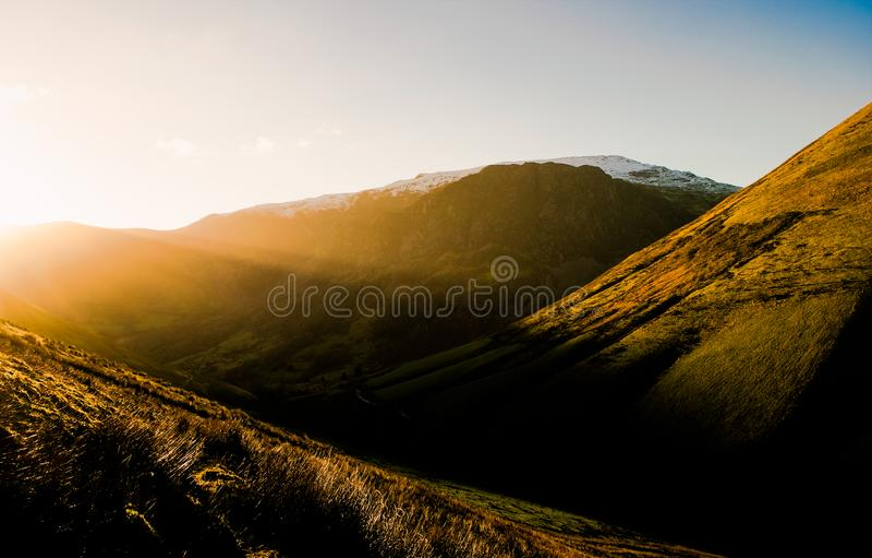 Axlar av solljus i Wales arkivbild