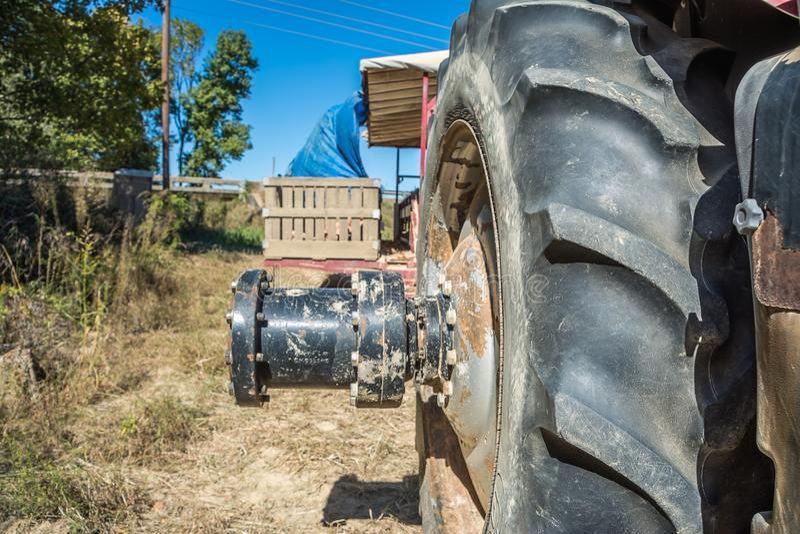 Axle Extender On en traktor royaltyfri bild