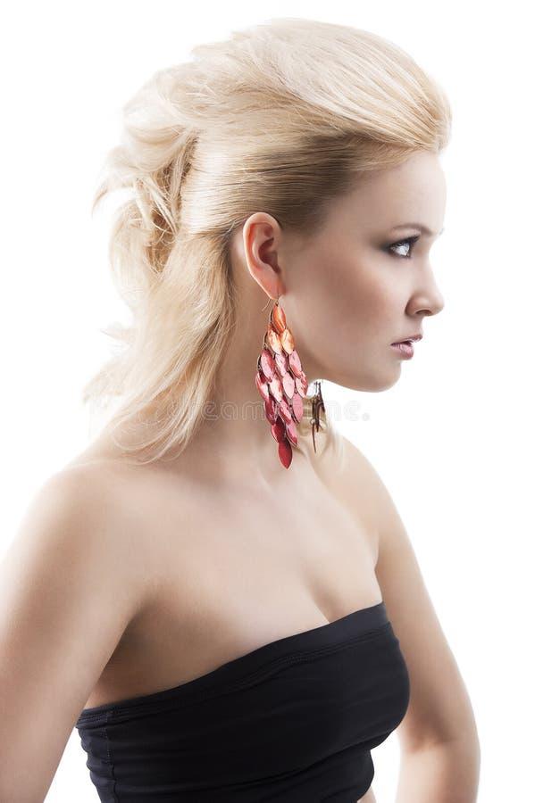 axpression白肤金发的逗人喜爱的耳环女孩红色 库存图片