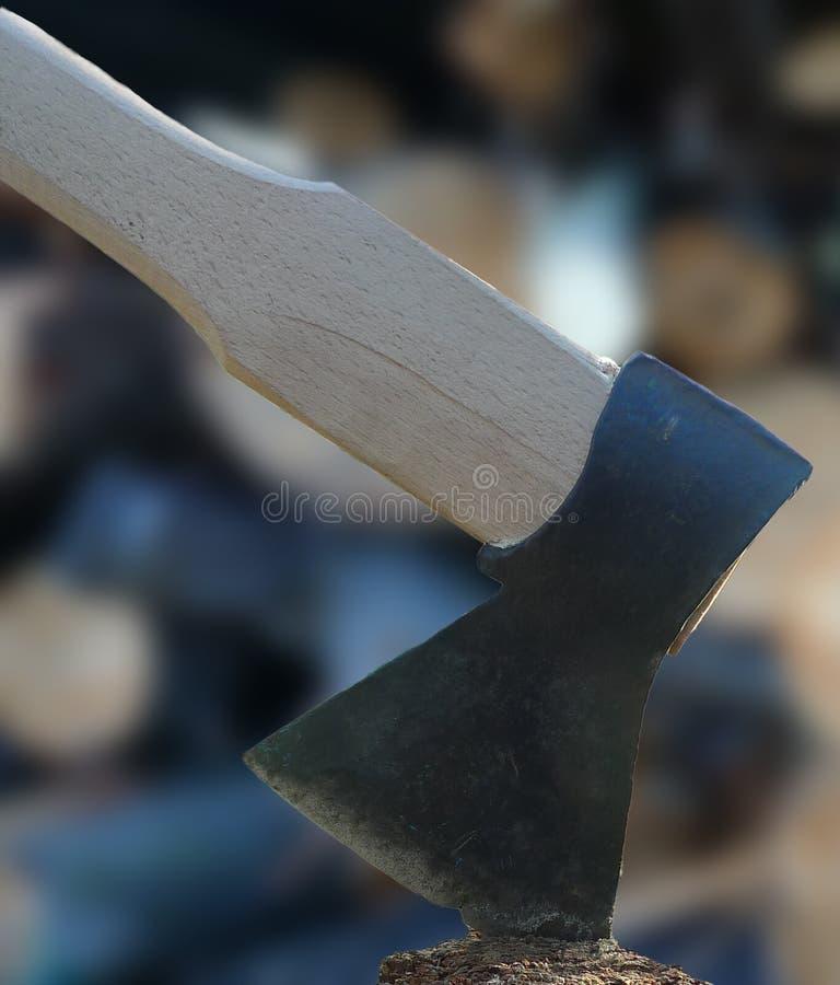 Axt und Brennholz stockbild