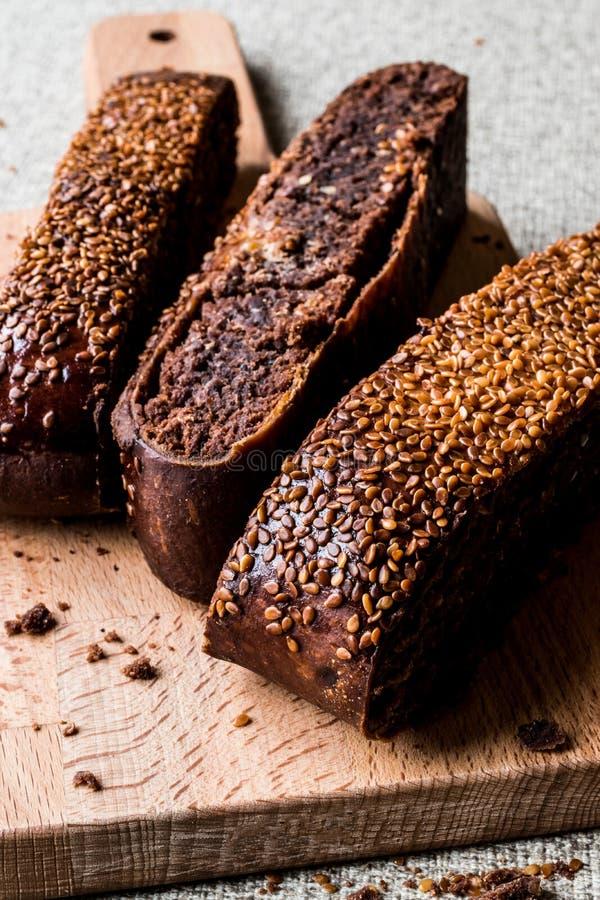 Ay-coregi/türkisches Gebäck mit Schokolade, indischem Sesam und getrockneter Rosine lizenzfreie stockfotos