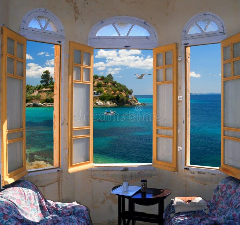 ay mediterranian俯视的海滨三视窗 免版税库存照片