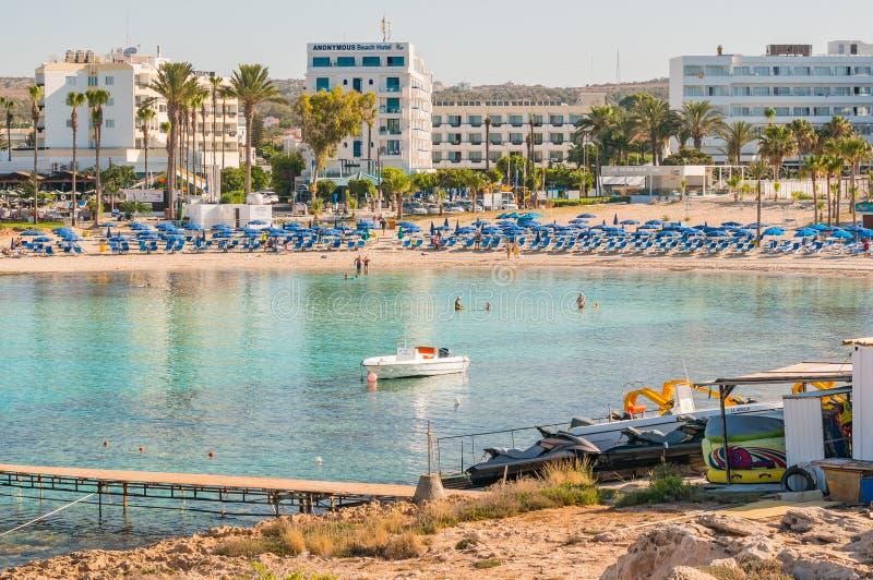 AYA NAPA, CHYPRE - 8 JUIN 2018 : Vue de la surface de l'eau verte et de la plage en Chypre Sandy Bay, Ayia Napa photos stock