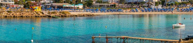 AYA NAPA, CHYPRE - 8 JUIN 2018 : vue panoramique de la surface de l'eau verte et de la plage en Chypre Sandy Bay, Ayia Napa image stock
