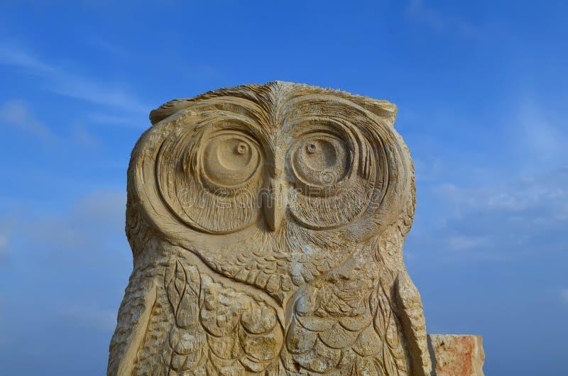 AYA-NAPA CYPR, MAJ, - 22, 2015 Kamienna rzeźba sowa w międzynarodowym rzeźba parku w Ayia Napa, Cypr zdjęcie royalty free