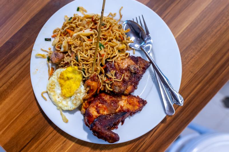 Ayam do goreng de Mie Indonésio e alimento tradicionais do balinese Macarronete fritado Culinária indonésia imagem de stock
