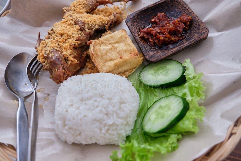 Ayam Goreng - indonesischer gebratenes Hühnerreis stockbild