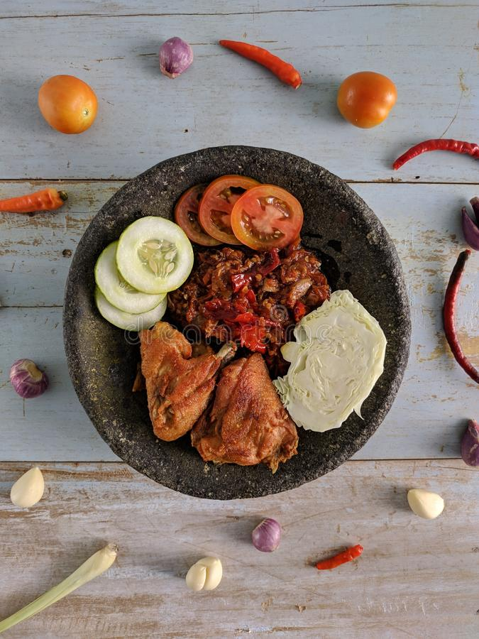 Ayam Penyet是印度尼西亚传统食物 库存图片