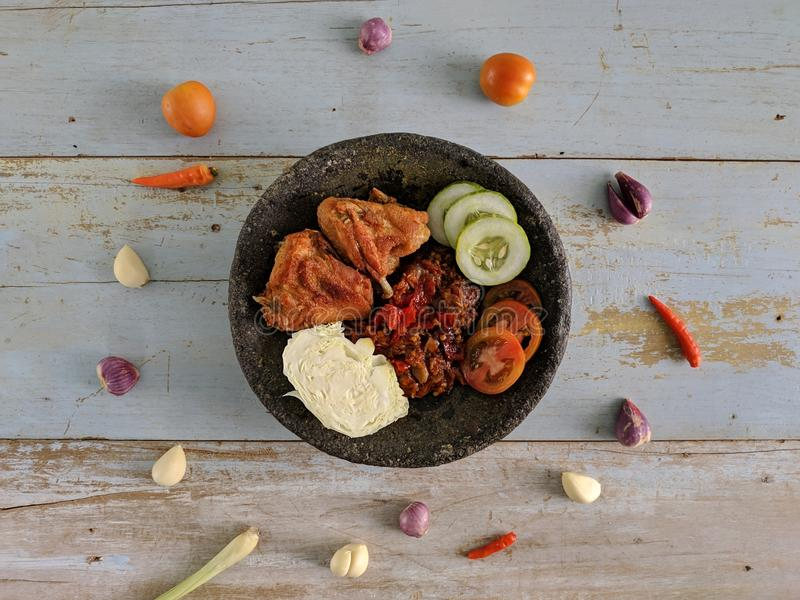 Ayam Penyet é alimento tradicional indonésio fotos de stock royalty free