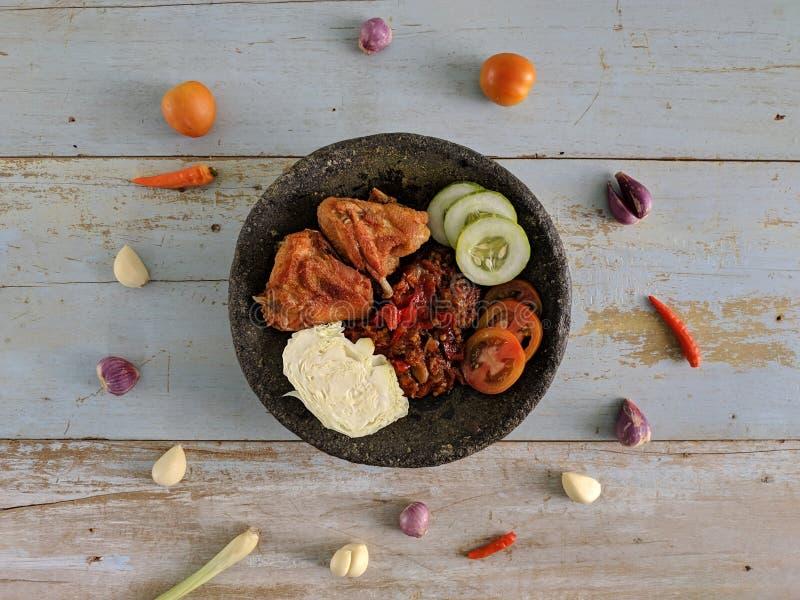 Ayam Penyet индонезийская традиционная еда стоковые фотографии rf