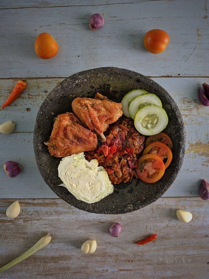 Ayam Penyet est nourriture traditionnelle indonésienne photo libre de droits