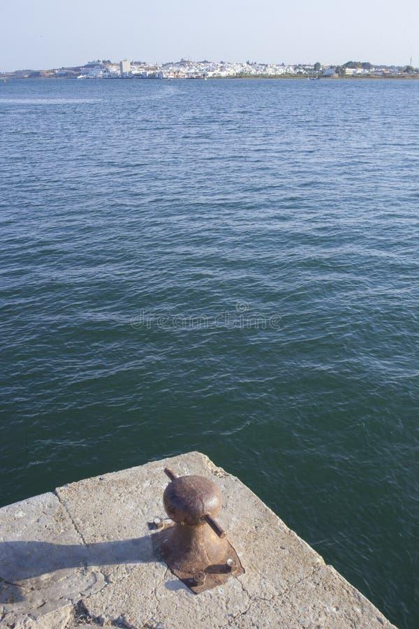 Ayamonte-Skylineshow von Vila Real de Santo Antonio-Docks lizenzfreie stockfotografie