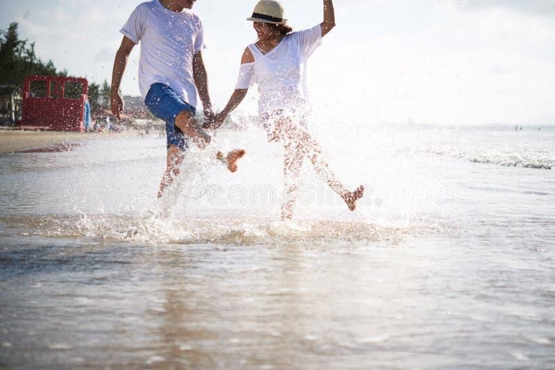 Ayant l'amusement la plage photos stock