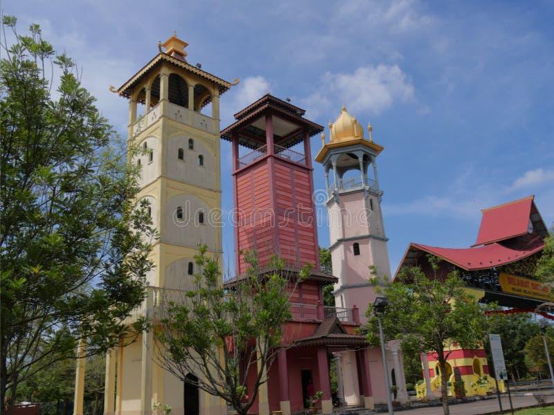 Ayer Keroh, Malásia--Fevereiro de 2018: Tiro ascendente colhido das três torres perto do arco da entrada de Melaka em Melaca, Mal imagem de stock