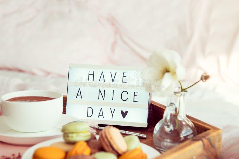Ayez étroitement un texte de beau jour sur la boîte allumée sur le plateau en bois avec le petit déjeuner dans le lit Tasse de ca photos libres de droits